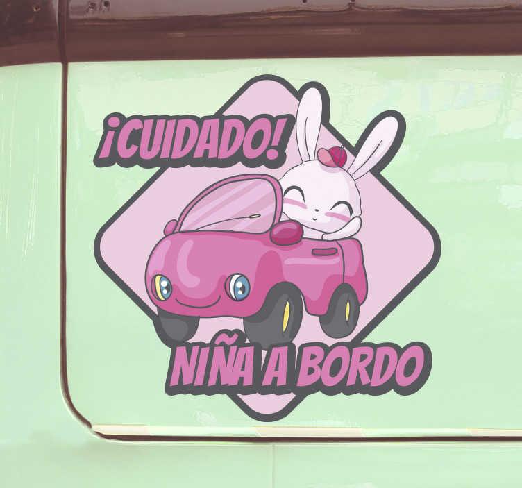 TenVinilo. Vinilo coche niña a bordo gracioso. Diseño de vinilo decorativo de bebé a bordo con un personaje de niña de dibujos animados que viaja en un automóvil con un nombre para personalizar.