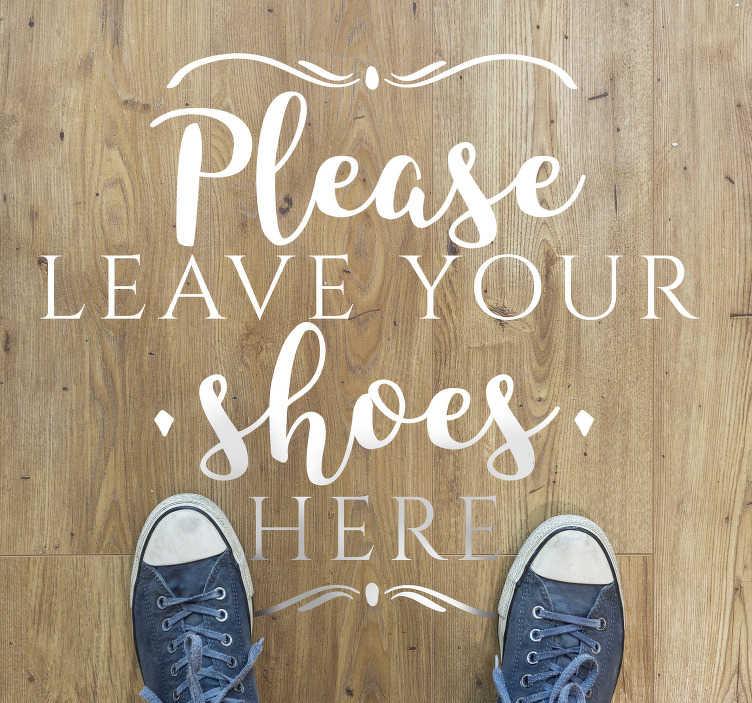 TenVinilo. Vinilo para suelo frase deja tus zapatos aquí. Un vinilo de texto para el hogar para decorar su casa con el texto perfecto y divertido para poner en su puerta y que nadie manche tu casa. Fácil de colocar.