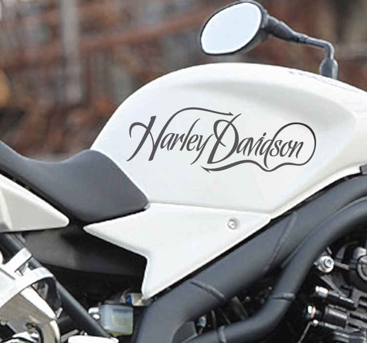 TenVinilo. Vinilo logotipo caligráfico Harley. Vinilo de texto de Harley Davidson con una letra caligráfica alucinante. Obtén pronto este adhesivo y decora las paredes de tu hogar o los complementos como tu motocicleta y el casco.