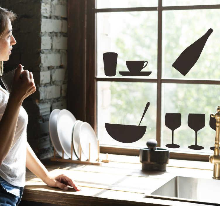 TenStickers. 병 및 안경 창 데칼. 주방 장식 창 비닐 데칼 병, 그릇, 컵 및 냄비와 같은 디자인을 착용합니다. 원하는 색상과 크기로 디자인 할 수 있습니다.