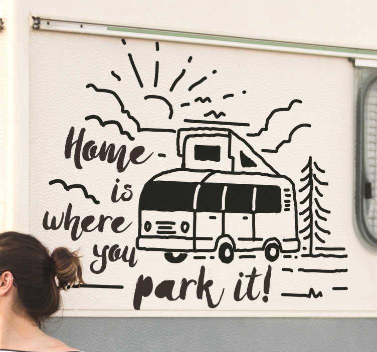 """TenStickers. """"Thuis is waar je het parkeert"""" zelfklevende autosticker. Eenvoudig aan te brengen zelfklevende autosticker met een caravan in een tekenstijl, met enkele speciale functies en tekst met de tekst '' thuis is waar je hem parkeert ''."""