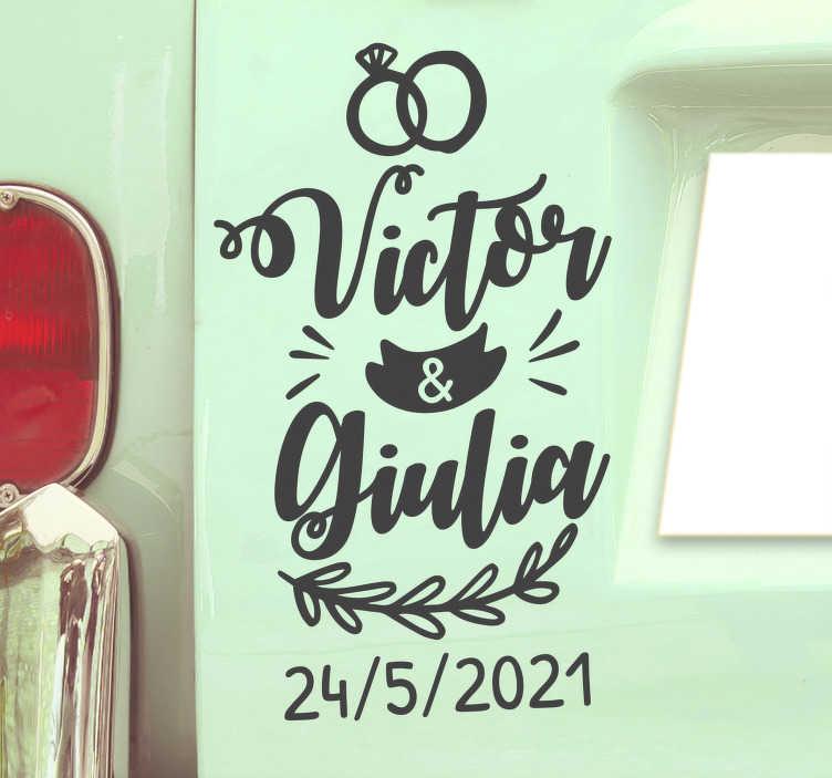 TenStickers. Personalisierbarer Autoaufkleber Hochzeit mit Namen. Besorgen Sie sich diesen verspielten, personalisierten Hochzeitsaufkleber für Ihr Auto! Mit Ihren Namen und Datum, natürlich in bester Qualität.
