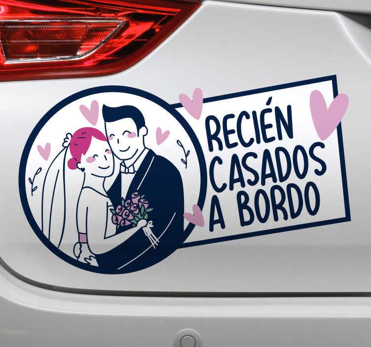 """TenVinilo. Pegatina para coche de boda recien casados. Preciosa pegatina de boda para coche con la frase """"recién casados a bordo"""" con los novios dándose un abrazo y corazones alrededor. Fácil de aplicar"""
