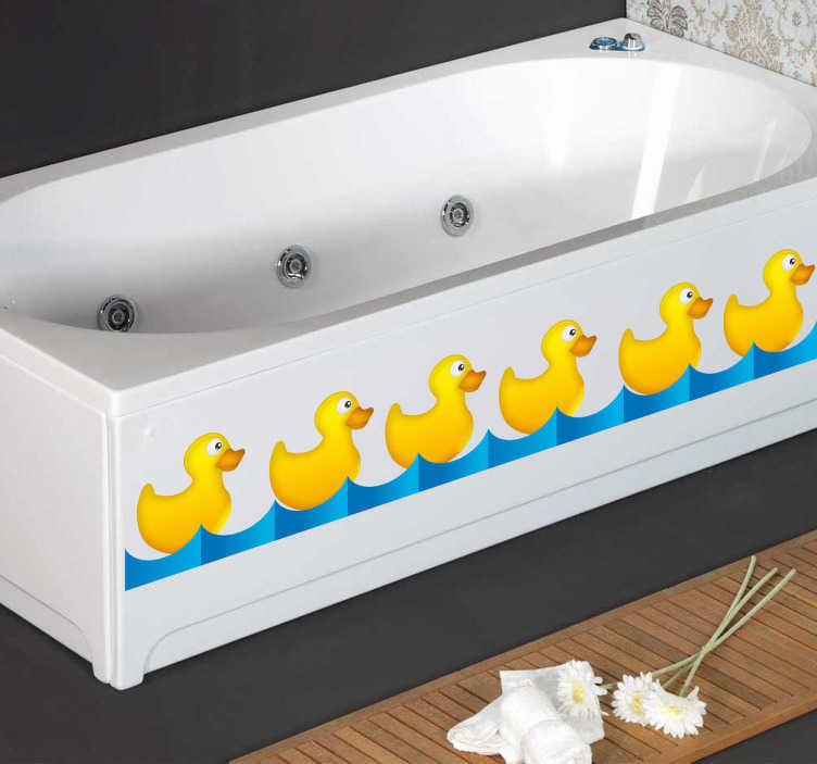 TenStickers. Sticker badkamer rij gele eendjes. Een muursticker van een rij eendjes voor de badkamer. Een leuke wandsticker van een rij gele eendjes die achter elkaar aan zwemmen.