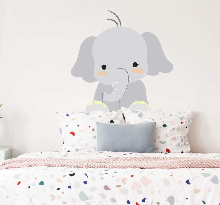 TenStickers. Vinil decorativo infantil elefante fofinho. Um adesivo de elefante para os mais pequenos em casa. Decore o quarto do seu filho com este elefante amigável que ele vai adorar!