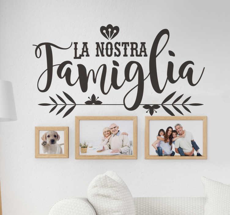 """TenStickers. Scritta adesiva per la casa """"la nostra famiglia"""". Esprimi i tuoi sentimenti con questo grazioso sticker murale per la famiglia  e dai valore alle cose importanti! Più di 50 Colori!"""