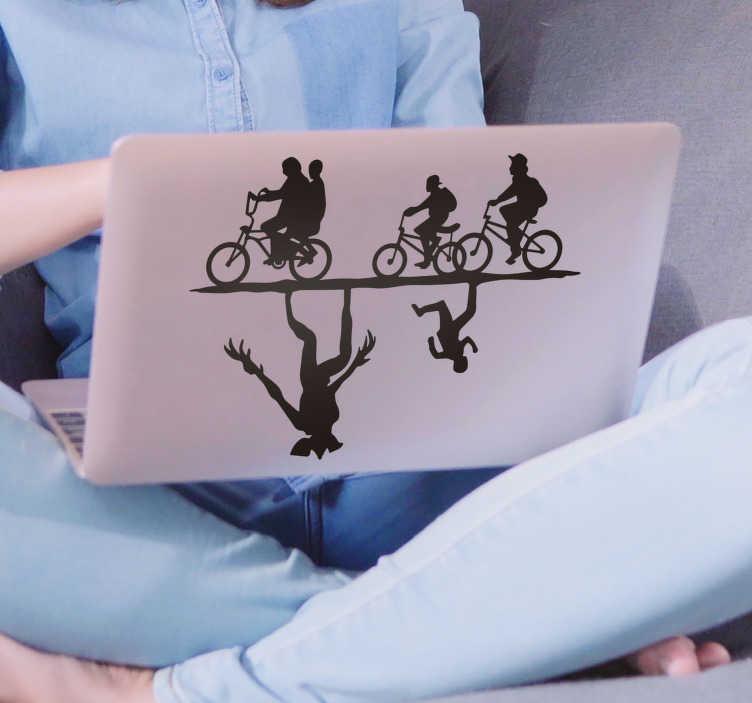 TenStickers. Vreemdere dingen laptop laptop skin. Een laptop skin zelfklevende muursticker van vreemde dingen in silhouet. Design heeft drie kinderen op hun fietsen rijden met een monster ondersteboven.