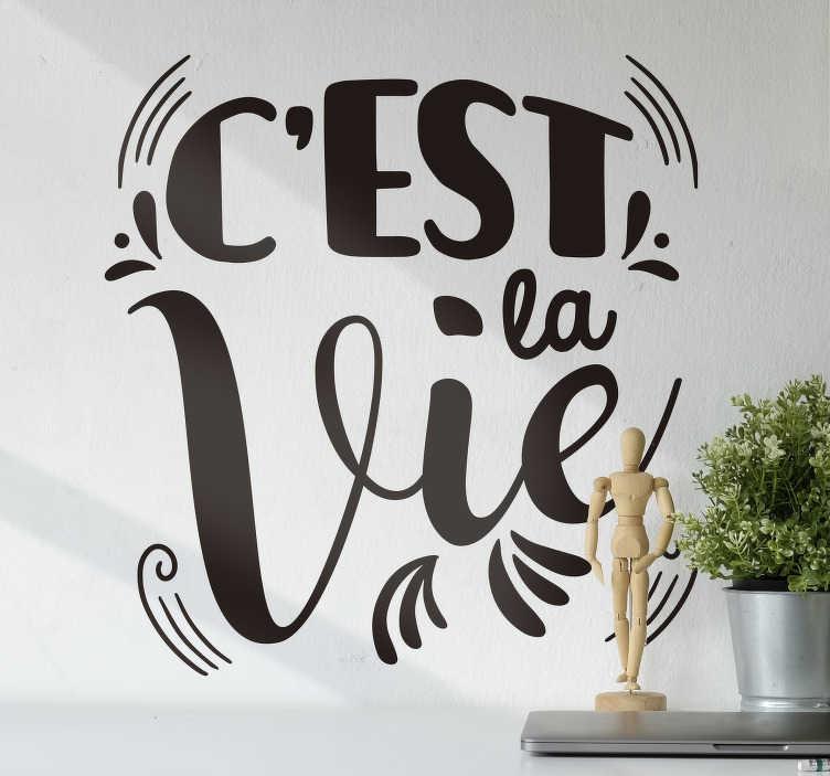"""TenStickers. Sticker Texte c'est la vie. Un classique de tous les temps, découvrez notre tout nouveau sticker mural """"C'est La Vie""""! Achetez maintenant pour un produit de haute qualité!"""