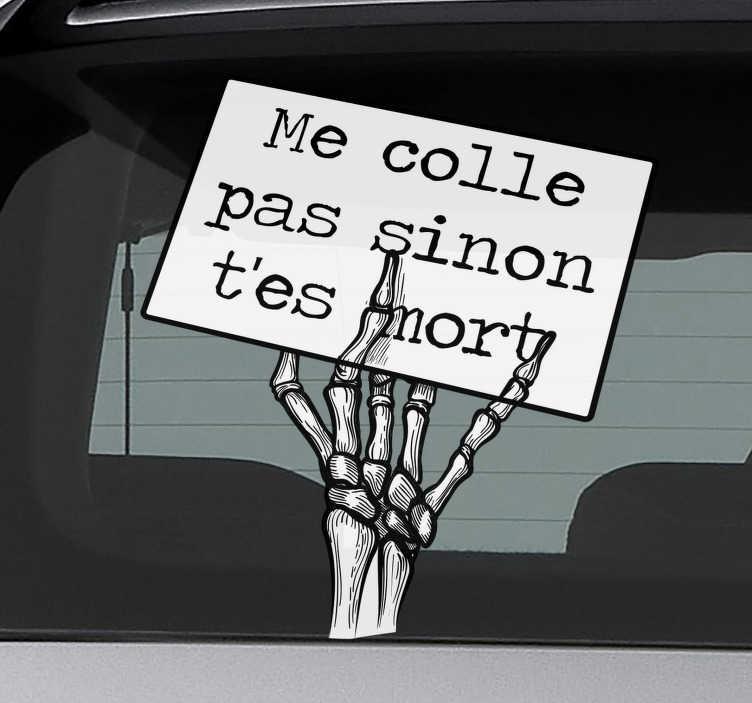 TenStickers. Sticker Texte squelette drôle. L'autocollant de voiture parfait qui fera rire vos camarades! Achetez maintenant pour un autocollant de haute qualité que vous ne regretterez pas!