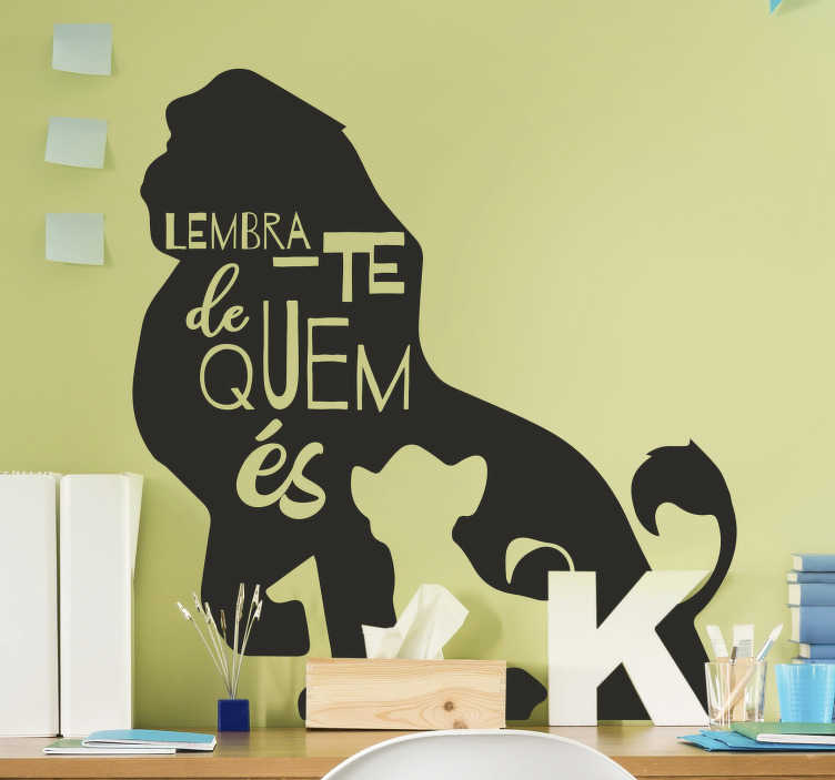 """TenStickers. Autocolantes televisão Frase inspiradora Rei Leão. Decora o quarto dos teus filhos com este lindo autocolante de cinema para quarto infantilda frase """"Lembra-te de quem és"""" do filmes da """"O Rei Leão""""!"""