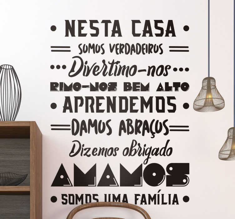 TenStickers. Autocolantes decorativos de texto Nesta Casa Amamos. Espetacular autocolante em vinil de texto para hall de entrada com a descrição de uma família amada e feliz para uma decoração super criativa!