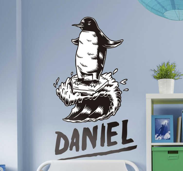 TENSTICKERS. 名前付きサーファー鳥ステッカー. 黒と白の色でデザインされたペンギンの鳥の名前のサーファーの壁のステッカー。このデザインは、子供や十代の若者の寝室に適しています。