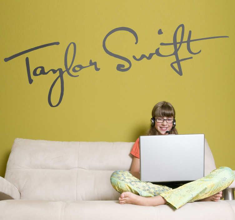 TenVinilo. Vinilo decorativo firma Taylor Swift. Adhesivo con el autógrafo de la cantante, actriz y compositora estadounidense de música country, Taylor Swift. Si adoras a esta artista no puede faltar este vinilo en tu habitación.