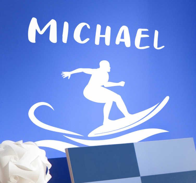 TenStickers. Sticker surfista con nome. Adesivo surfista con nome personalizzato da appendere nel tuo salotto, camera da letto o qualsiasi spazio per sentirti volare. Personalizza anche  le dimensioni.