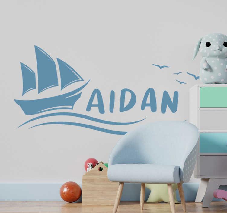 TENSTICKERS. ヨットの航海ステッカー. 子供を幸せにするために、子供の名前でパーソナライズできる子供向けの帆船のデザイン。このデザインでお子様を航海させてください。