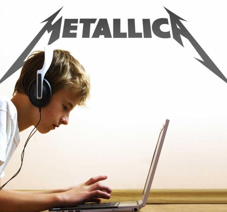 TenStickers. Autocollant mural logo Metallica. Stickers mural illustrant le logo du groupe de trash métal Metallica. Sélectionnez les dimensions et la couleur de votre choix. Idée déco originale et simple pour votre intérieur.