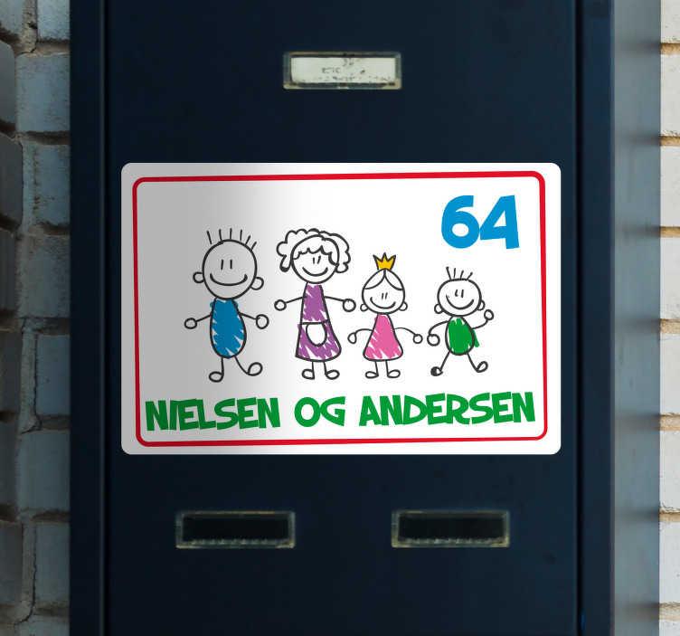 TenStickers. Familiepostkasse brugerdefineret klistermærke. Et animationsfamiliepostboksbannermærkat, der kan tilpasses med det navn, du vælger. Dette design er meget let at anvende på enhver overflade.
