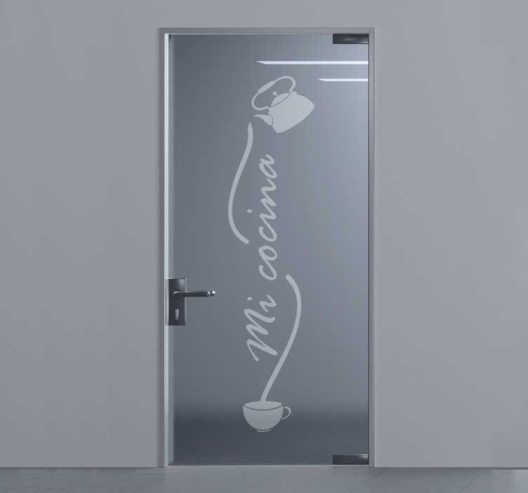 TenVinilo. Vinilo para puerta de cristal de mi cocina. Vinilo para puerta de la cocina para embellecer la superficie de su cocina. Este diseño contiene utensilios y el texto que dice 'mi cocina. Fácil de aplicar en superficie.