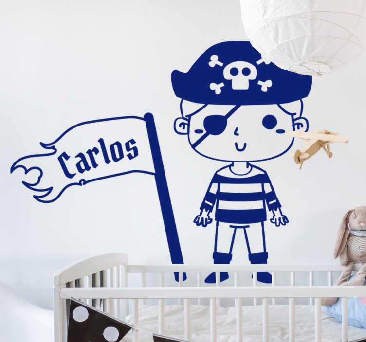 TenStickers. Adesivo nautico pirata personalizzabile. Disegno adesivo da parete nautico pirata per bambini in blu con un pirata bambino che sventola una bandiera con un nome su di esso. Questo design può essere personalizzato con un nome.
