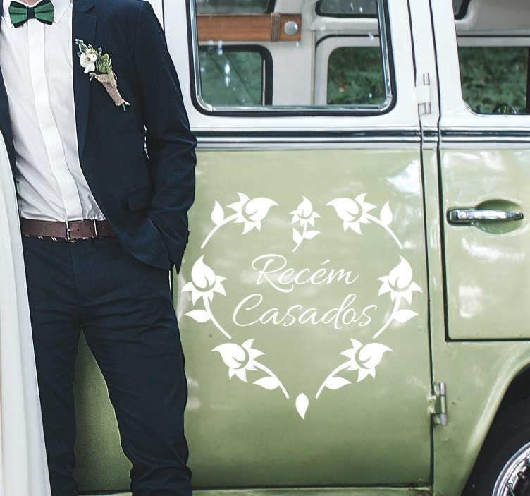 """TenStickers. Autocolante de casamento para carros Recém casados. Autocolante de casamento para carros com a expressão """"Recém casados"""" no centro de uma fantástico coração criadro com silhuetas de flores."""