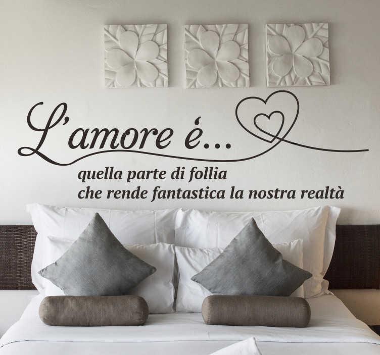 TenStickers. Frase sull'amore con i cuori. Adesivo da parete per testiera facile da applicare progettato per la camera da letto disegnato con citazione del testo sull'amore con un cuore in un modo molto bello che adorerai.