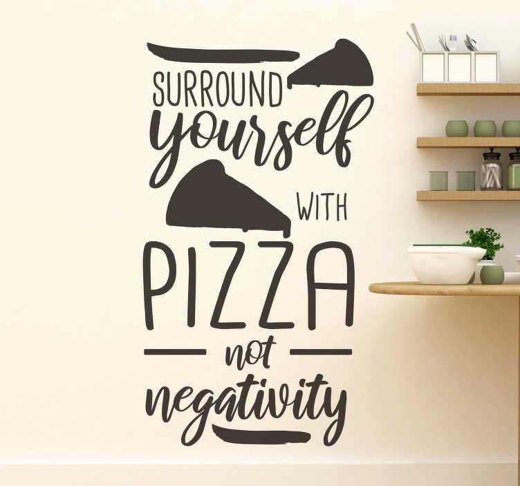 """TenStickers. Pizza Zitat Wandtattoo. Einfach aufzutragen zu hause küche wandtattoo mit inspiration zitat """"umgeben sie sich mit pizza nicht negativität"""". Sie können die farbe und größe wählen."""