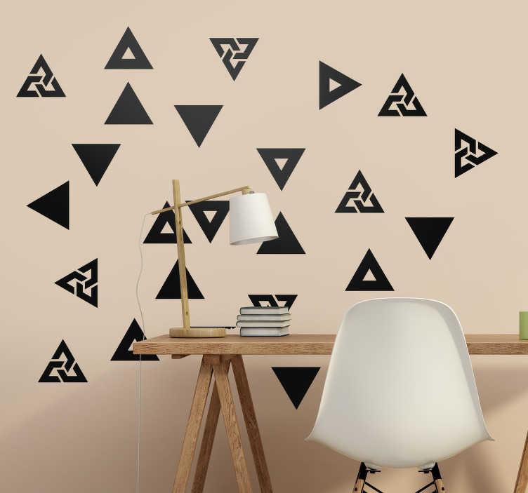 TenStickers. Moderne driehoek set zelfklevende muursticker. Koop onze decoratieve slaapkamer zelfklevende muursticker gemaakt met geometrische driehoeken die je in elke kleur kunt hebben om het muuroppervlak te verfraaien.