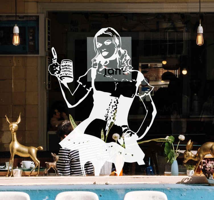 TenStickers. Bira ile garson çıkartması. Bardak bira taşıyan garsonluk için geleneksel üniforma giyen güzel bir kadın çıkartması.