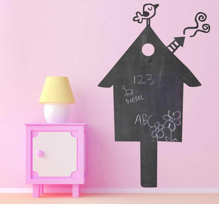 TenVinilo. Vinilo pizarra casa. Adhesivo que representa un pequeño pájaro reposando tranquilo en lo alto del tejado. Hazte con esta original pizarra para decorar la habitación de los niños.