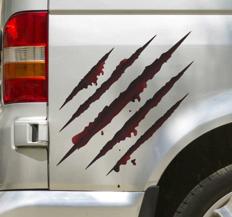 TenStickers. Busje met scratch zelfklevende autosticker. Autoruitzelfklevende sticker met het visuele effect van rode kleur kraslijnen. Het ontwerp kan de grootte van uw keuze hebben en het is gemakkelijk aan te brengen.