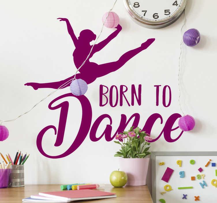 TenStickers. Born to dance Wandtattoo. Einfach, Aufkleberative wandaufkleber eines tanzenden ballenpressenmädchens mit dem text aufzutragen... Geboren, um zu tanzen. Das design ist in verschiedenen farben und größen erhältlich.