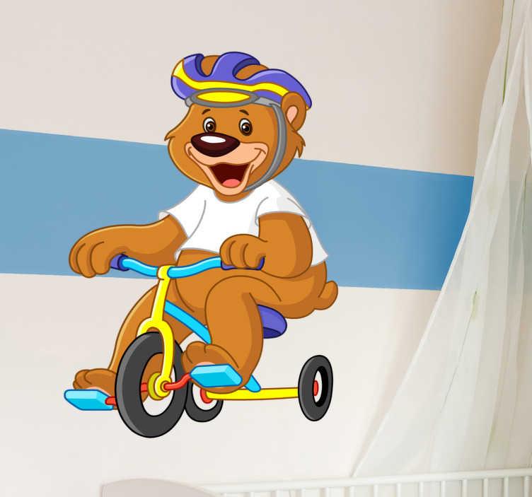TenStickers. Sticker beer helm fiets. Een vrolijke sticker van een beertje die op een driewieler fietst. Ideale manier om zo de muren de decoreren.