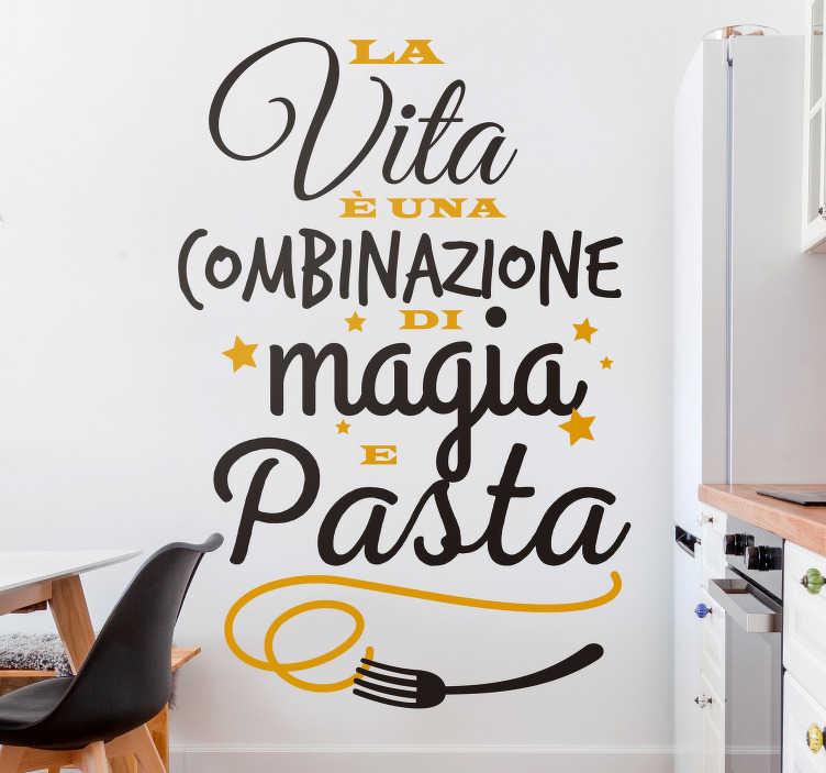 TenStickers. Adesivo da parete citazione di Fellini . Adesivo decorativo da cucina a tema cucina con citazione alimentare disegnato con testo in più colori. Disponibile in diverse dimensioni.