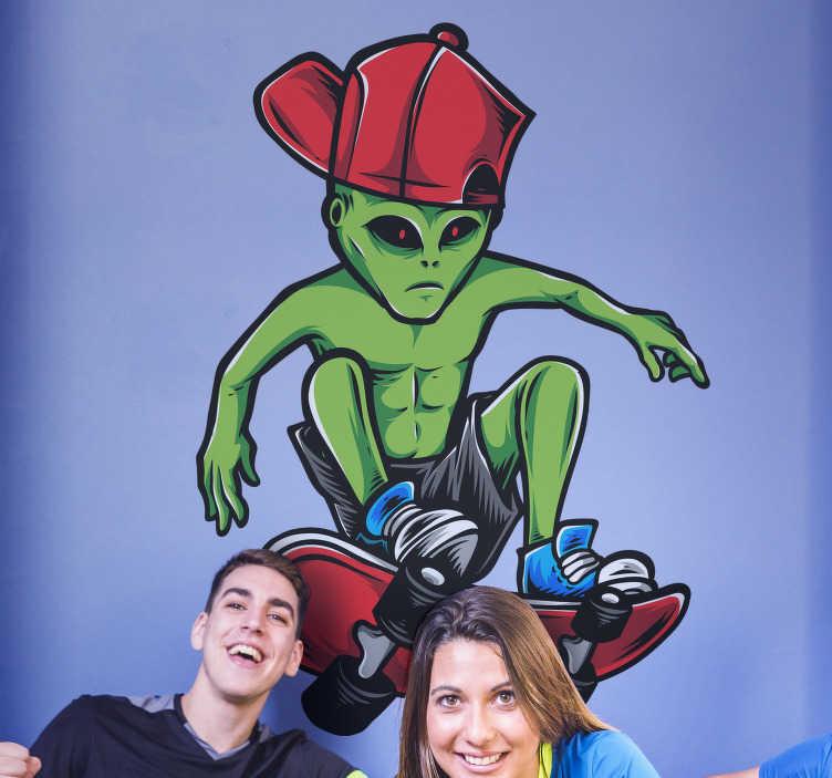 TenStickers. Vinil decorativo de desportos radicais Alien skater. Faça qualquer adolescente que ama e pratica skate feliz com este autocolante decorativo juvenil de um alienígena em um skate.