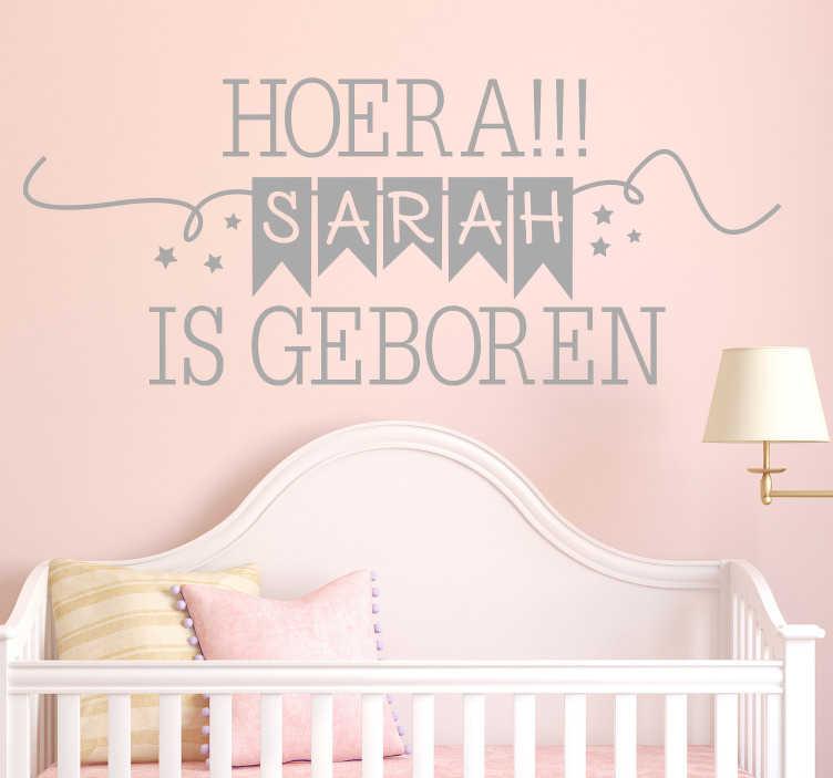 """TenStickers. """"Hoera….  is Geboren"""" babykamer muursticker. Decoratieve muursticker met aanpasbare naam om een pasgeboren kind in huis te verwelkomen. Het is gemaakt met een welkomsttekst met de naam erop."""