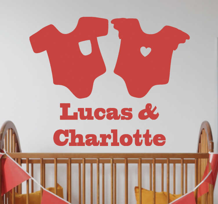 TenStickers. 双子星座的名字婴儿墙贴花. 在我们的带有两个双胞胎名字的婴儿衬衫的乙烯基贴花设计上,为孩子们个性化名字。易于粘贴乙烯基胶。