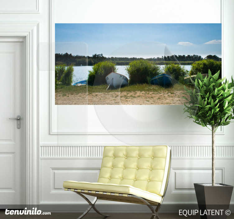 TenStickers. Boten meer foto sticker. Een muursticker gefotografeerd door de fotograaf Latent Estudi. Je ziet een mooi uitzicht over en meer met allemaal groen.