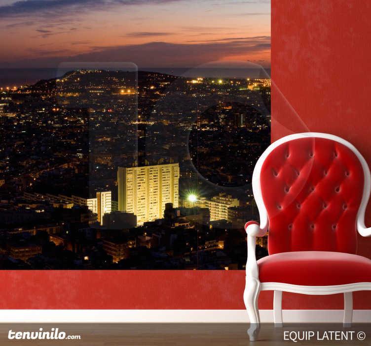 TenStickers. Sticker photo murale Barcenole nuit. Photo murale adhésive illustrant la ville de Barcelone étincelante pendant la nuit. Réalisation par Latent Estudi.Stickers qui participera à la décoration originale et urbaine de votre salon.
