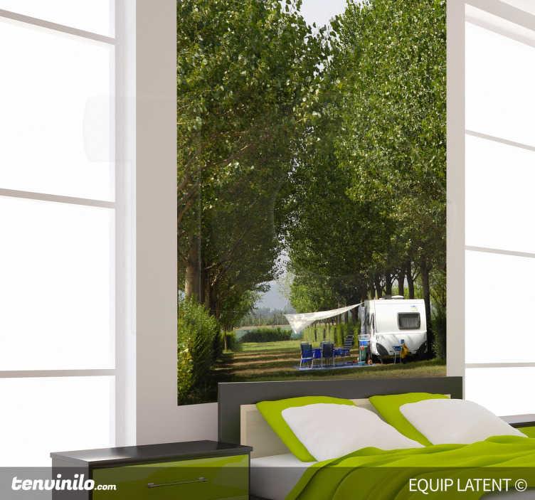 TenStickers. Wandtattoo Camping. Lieben Sie das Campen? Wie wäre es mit diesem idyllischen Wandtattoo? Es zeigt eine Baumallee in deeren Mitte ein Campervan steht.