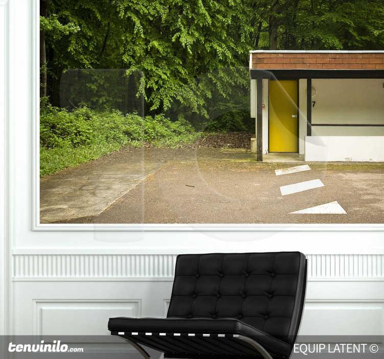 TenStickers. Wandtattoo Bungalow. Gestalten Sie Ihr Zuhause mit diesem Wandtattoo, das einen Bungalow in einem Wald zeigt.