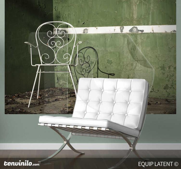 TenStickers. Naklejka dekoracyjna zdjęcie krzesła. Naklejka dekoracyjna w formie fototapety, która przedstawia zdjęcie krzesła na zielonym tle. Obrazek jest dostępny w wielu rozmiarach.