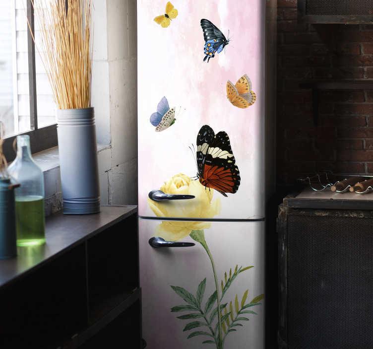 TenStickers. 蝴蝶在黄色花瓣的冰箱包装上. 装饰乙烯基冰箱包装贴纸,蝴蝶和花瓣的设计在令人惊叹的色彩背景中。可定制以适合任何尺寸。