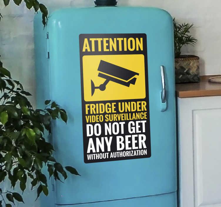"""TenStickers. Vinil decorativo para frigorífico Sob vigilância. Decore a superfície do seu frigorífico com este autocolante para frigorífico com o texto """"não apanhe cerveja sem autorização""""."""