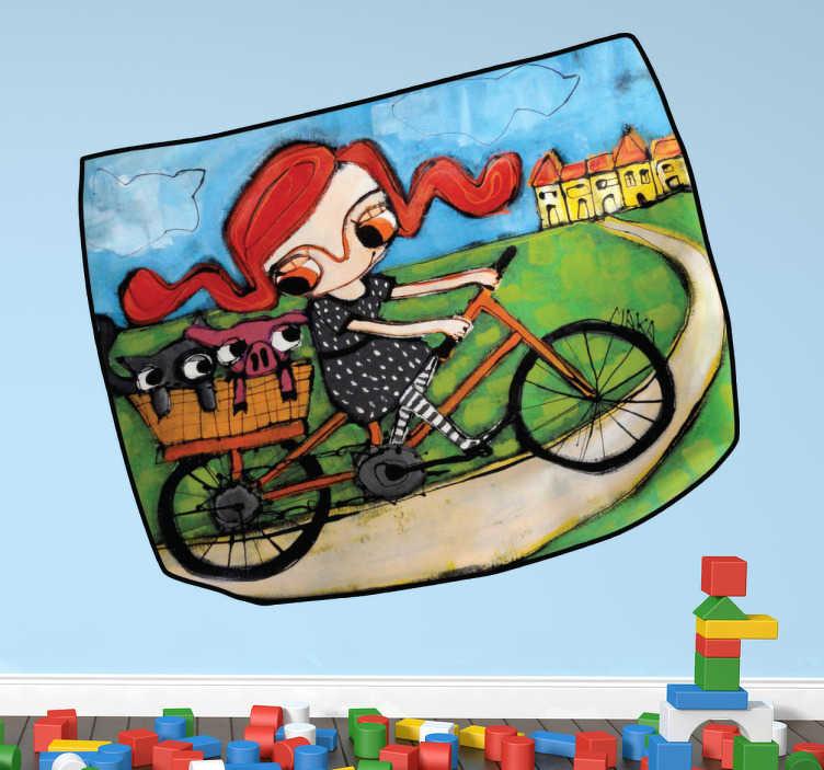 TenStickers. Sticker kinderkamer meisje kind fiets. Een leuke muursticker met de afbeelding van een meisje met rosse haren op een oranje fiets met in haar mandje op haar bagagedrager dieren.