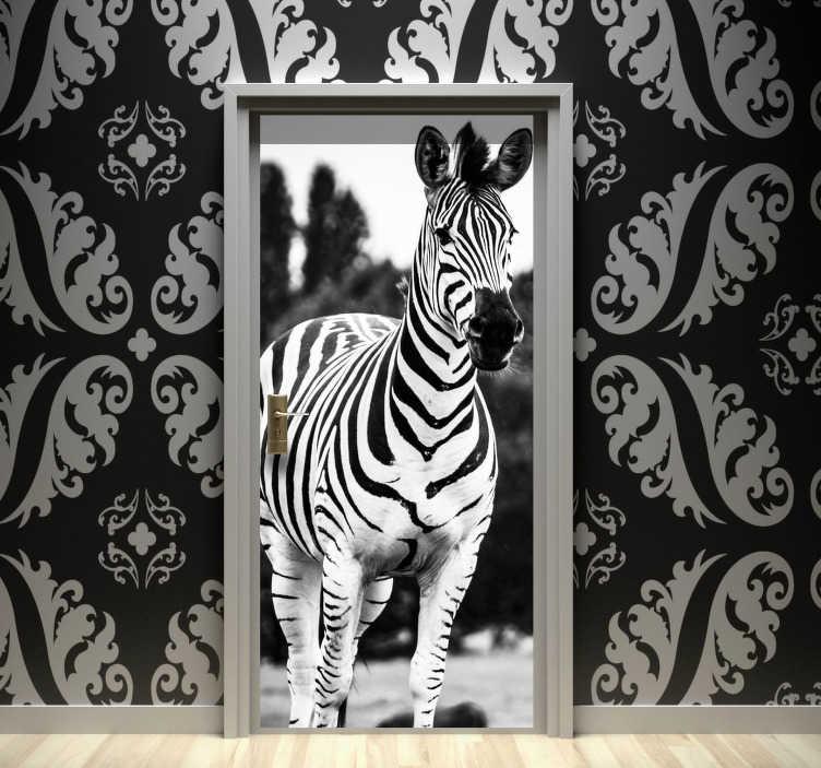 TenVinilo. Vinilo adhesivo puerta cebra blanco y negro. Exclusivo vinilo puerta de la mejor calidad con el diseño de una cebra en blanco y negro en una apariencia visual original. Fácil de aplicar.