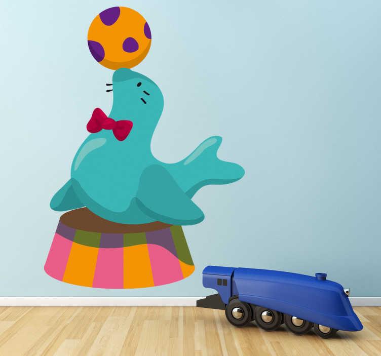 TenVinilo. Adhesivo foca de circo con pelota. Simpático vinilo de una foca con pajarita jugando con una pelota dando un espectáculo muy divertido para espacio infantil.