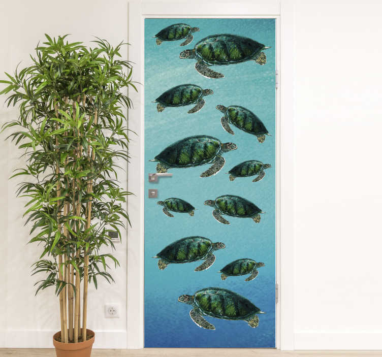 TenStickers. 海龟在玻璃门下贴纸. 购买我们海底乌龟的装饰门贴纸设计。浴室和其他居家空间的理想设计。