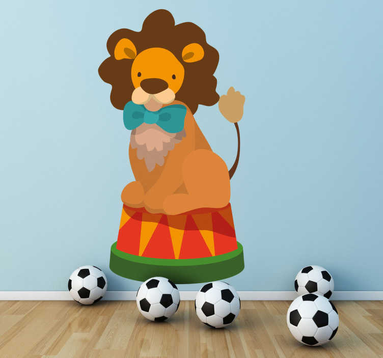 TenStickers. Naklejka dziecięca cyrkowy lew. Naklejka dekoracyjna dla dzieci przedstawiająca lwa cyrkowego z muszką, siedzącego na podium. Ładny i oryginalny obrazek do pokoju Twojego dziecka.