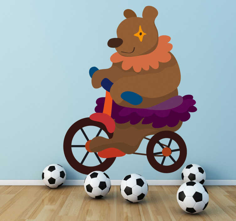 TenStickers. Naklejka dziecięca miś na rowerze. Śmieszna naklejka dekoracyjna dla dzieci przedstawiająca misia jadącego na rowerze. Ładna naklejka do dekoracji pokoju Twoich najmłodszych.