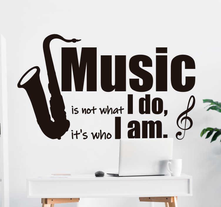 TenStickers. 我是音乐墙贴花. 音乐墙艺术贴纸,上面贴有乐器和文字设计,上面写着``音乐不是我在做什么,而是我是谁''。
